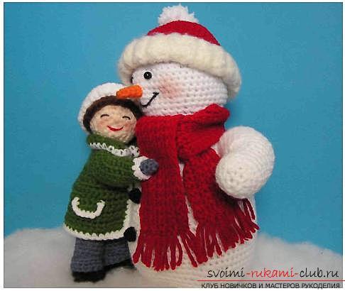 Яркий снеговик амигуруми крючком с описанием и фото. Фото №15