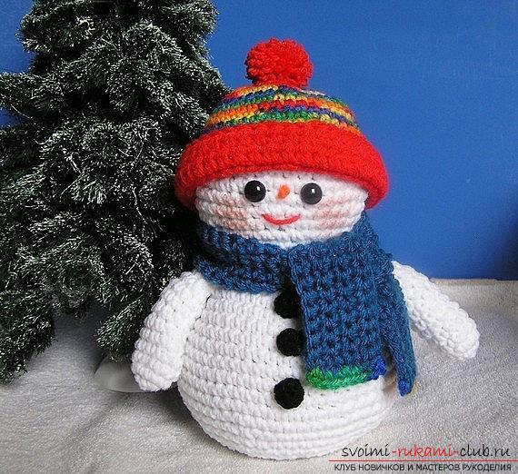 Яркий снеговик амигуруми крючком с описанием и фото. Фото №3