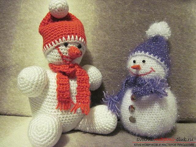 Яркий снеговик амигуруми крючком с описанием и фото. Фото №7
