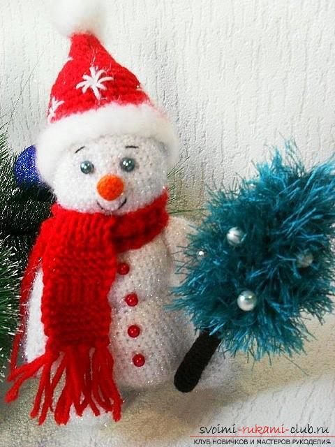 Яркий снеговик амигуруми крючком с описанием и фото. Фото №13