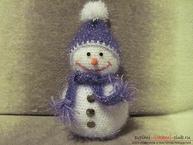 Яркий снеговик амигуруми крючком с описанием и фото. Фото №11