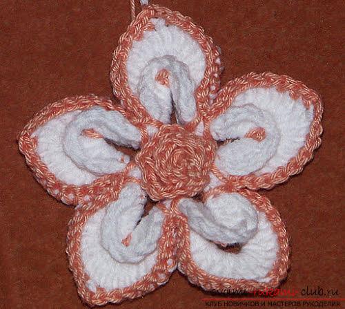 Красивый цветок, связанный крючком, для украшения шапки. Фото №7