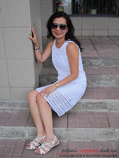 Белое коктейльное платье, связанное крючком. Фото №7