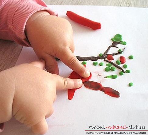Лепка из пластилина для детей от 1,5 лет.</p> </div> <p> Начальные этапы лепки поделок из пластилина. Фото №5″/> </p> <p>Когда малышу надоест просто играть , отщипывая кусочки пластилина , можно переходить к более затейливым задачам . Для подготовки и тренировки пусть кроха покатает карандашик или шарик по ладошке . На размазывании и надавливании основана целая методика лепки . Базовые модели лепешка , шарик , валик и конус . Малышам до 2 лет это достаточно сложно . Для того чтобы их слепить у ребенка должен быть необходимый уровень развития моторики .</p> <p><div style=