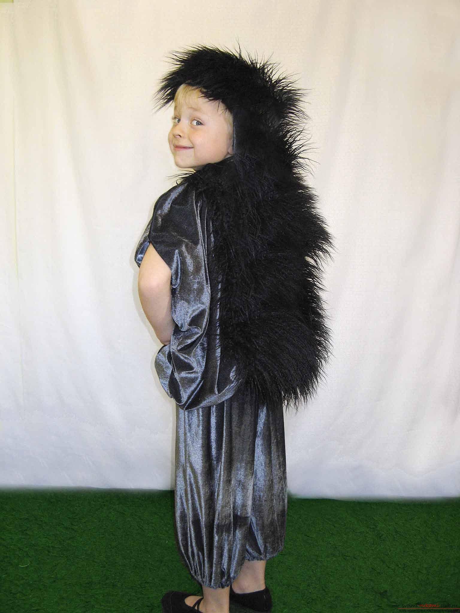 Как сделать костюм ёжика своими руками.</p> </div> <p> Уроки и фотографии для костюма.. Фото №1″ width=»600″/> </p> <p><strong>Костюм ёжика</strong> может подойти не только для праздника осени, но и для того, чтобы отметить детские утренники на другие тематики. Итак, нужно продумать интересную <strong>идею костюма Ёжика</strong>.</p> <p> Для того, чтобы создать подобие ёжика, необходимо изобрести накидку. Сделать такую накидку достаточно просто.</p> <p> Накидка с иголками делается при помощи вельветовой ткани, которая <strong>состоит из темно-серого цвета</strong>.</p> <p> В основе накидки используется капюшон курточки, который подходит для ребенка.</p> <p> Изделеие меряется по росту вашего ребенка.</p> <p><div style=