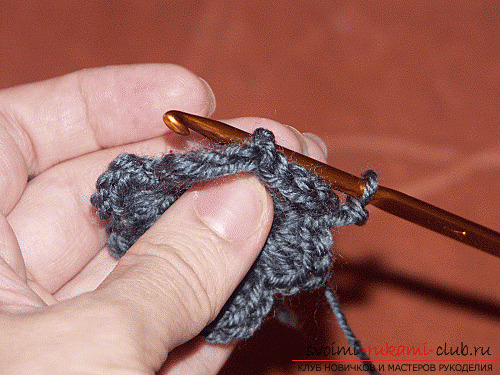 Красивый цветок, связанный крючком, для украшения шапки. Фото №3