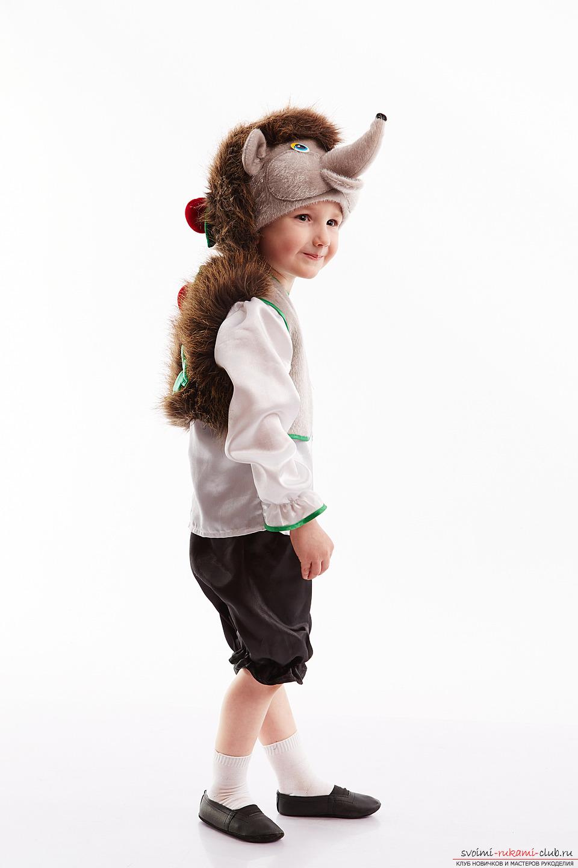 Как сделать костюм ёжика своими руками.</p> </div> <p> Уроки и фотографии для костюма.. Фото №3″ width=»600″/> </p> <p>Несомненно, любой ёжик стремится утащить <strong>какой-то полезный фрукт из сада</strong>, ваш ребенок — не должен стать исключением. Подойдут и лесные грибы.</p> <p> Но, для этого нужно подготовить макеты лесных лакомств, которые крепятся на спинку вашего Ёжика.</p> <p> В качестве главного материала необходимо выбрать пенополистерол. Это пенопласт повышенной плотности, который обычно используются в качестве уплотнителя для стены.</p> <p> Из него необходимо вырезать требуемую форму для вашего фрукта или другой пищи. В качестве варианты подойдет Яблоко, грибочек или грушка.</p> <p> Можно комбинировать эти элементы.</p> <p> Затем, эти формы необходимо украсить при помощи гуаши в необходиый цвет, предварительно оформив материал.</p> <p>Затем, подбираем белую кофточку для того, чтобы <strong>сделать живот вашего ёжика.</strong> Для кофточки нужно сделать потайной карман, который заполняется паралоном или подушкой для имитации животика вашего зверья.</p> <p> Подушку также можно сделать при помощи синтепона.</p> <p>Также можно воспользоваться тапочками и штанами темного цвета, которые дополнят образ вашего героя ёжика.</p> </div> <div class=