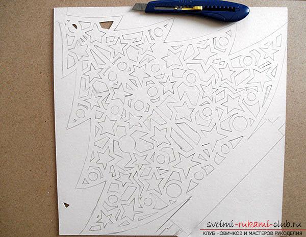 фото примеры процесса изготовления ажурной ёлочки из бумаги. Фото №3