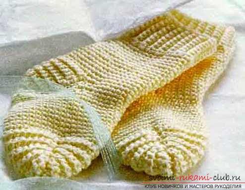 Тёплые красивые носки крючком