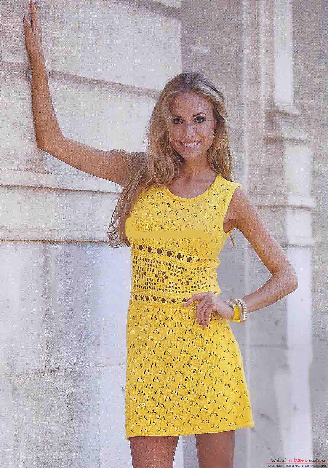 Оригинальное мини-платье, связанное спицами. Фото №3