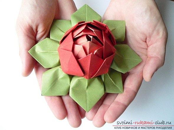 Идеи для цветков оригами из бумаги.</p> </div> <p> Фотографии интересных работ.. Фото №1″/> </strong></p> <p>Существуют самые разные идеи, которые можно использовать для <strong>оформления цветка-оригами своими руками.</strong> </p> <p>Итак, цветы созданные в стиле оригами, всегда отличались тем, что имели внутри себя особый смысл.</p> <p> Тайна этого смысла закладывалась в цельности от замысловатых венчиков, которые использовались. Каждый лепесток был обычно сложен при помощи лишь одного листа бумаги, помогая воплотить восточные понимания <strong>единой гармонии мира</strong>, которая проявлялась в бечисленных мнообразиях и формах.</p> <p> При помощи языка цветов, которые создавались по подобию современных иероглифов, они имели столь же яркие и <strong>насыщенные контуры.</strong> </p> <p>При помощи <strong>цветка-оригами</strong> можно смело заявить о симпатии к другому человеку, для этого можно воспользоваться схемой создания цветка-оригами в стиле веточки мелиссы. Можно заямить и мимолетности вашего увлечения, используя схему цветка в виде мальвы, либо наоборот — о любовых терзаниях по поводу спутника при помощи </p> <div style=