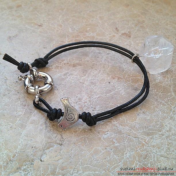Как с помощью кожаного шнура можно создать стильный браслет своими руками, который можно носить с разными нарядами. Фото №1