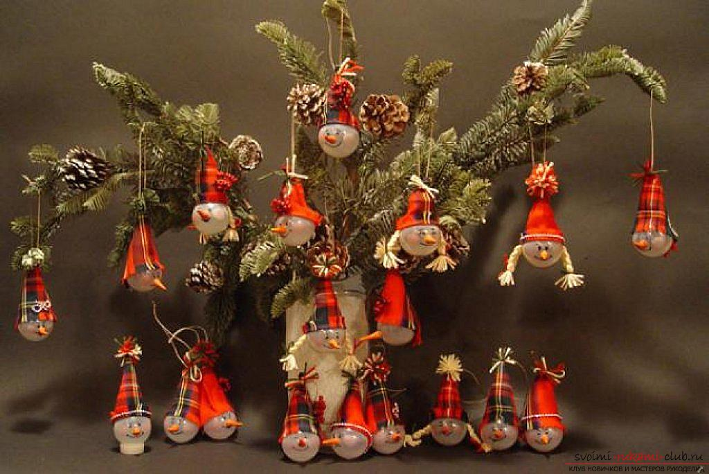 Как сделать новогодние украшения из лампочек. Фото №1