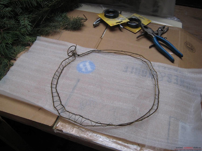 Как сделать новогодний венок из салфеток. Фото №3