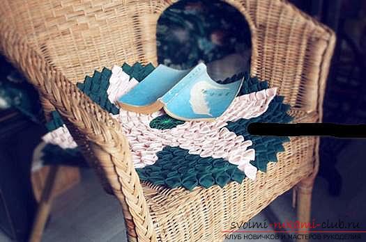 Шитье из треугольников коврика для мебели. Фото №4