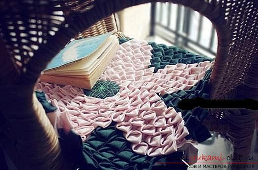 Шитье из треугольников коврика для мебели. Фото №1