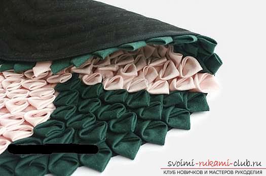 Шитье из треугольников коврика для мебели. Фото №5