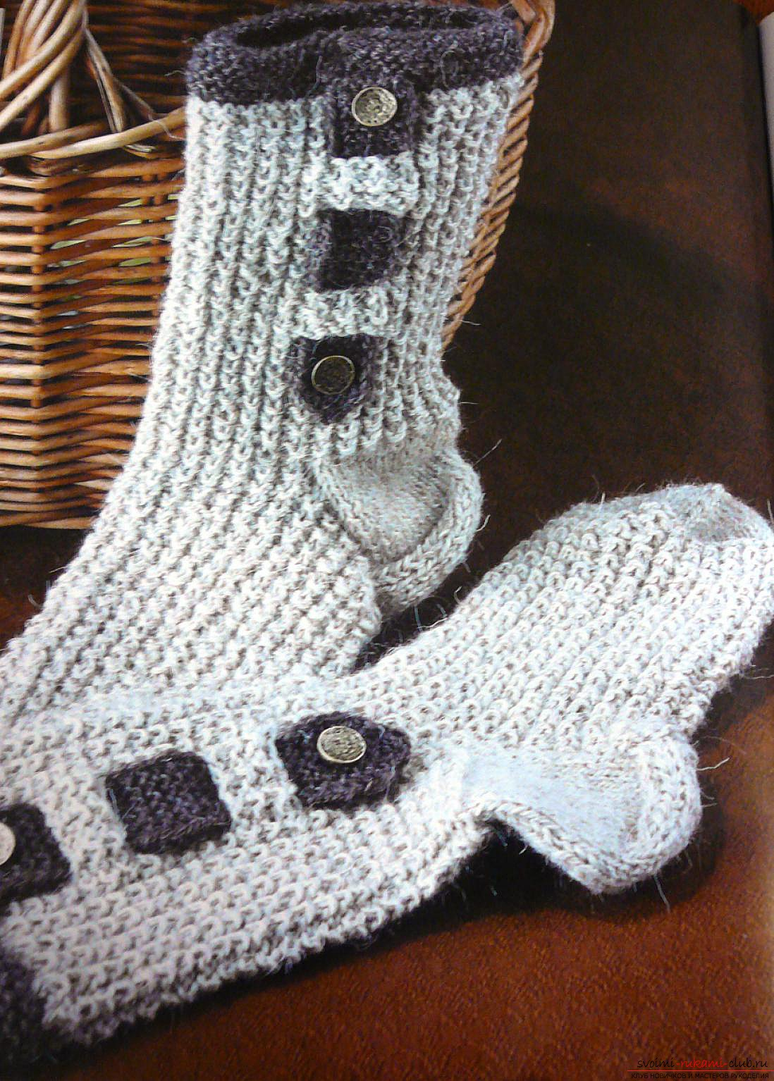 Вязание крючком двухцветных носков для дома. Подробная схема с