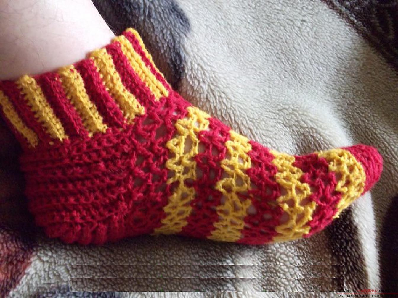 вязаные крючком ажурные носки. Фото №3