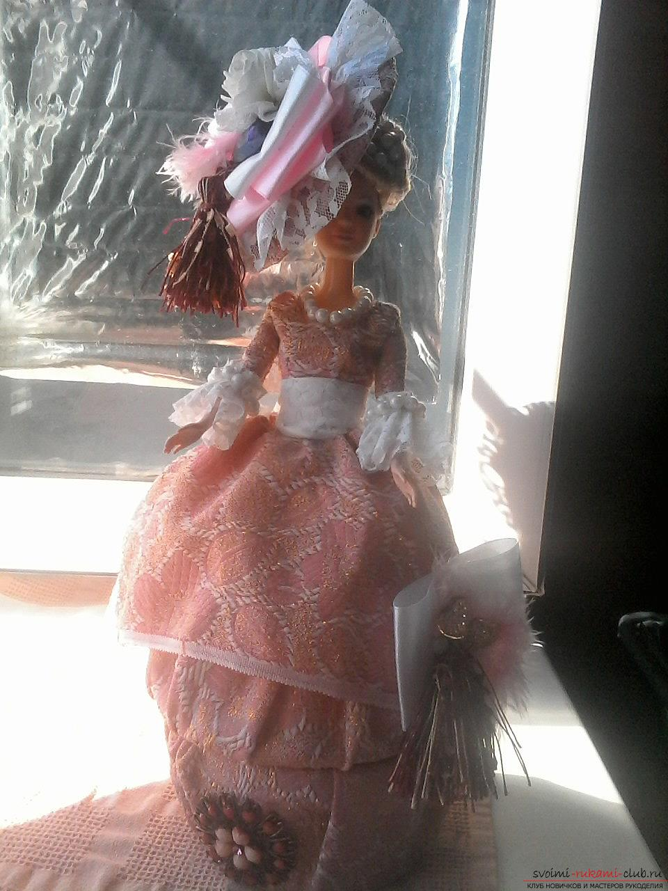 Кукла-шкатулка изготовлена из парчи с