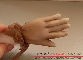 Пошив куклы из капроновых колготок и пластиковой бутылки. Фото №26