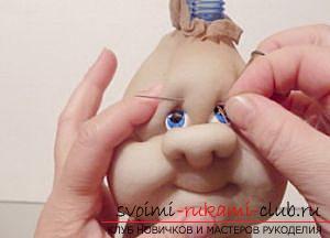 Пошив куклы из капроновых колготок и пластиковой бутылки. Фото №15