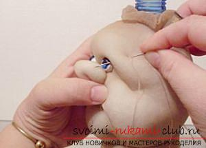 Пошив куклы из капроновых колготок и пластиковой бутылки. Фото №14