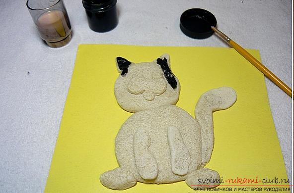 Интересные фигурки котов из соленого теста своими руками доступны для изготовления даже начинающим мастерам
