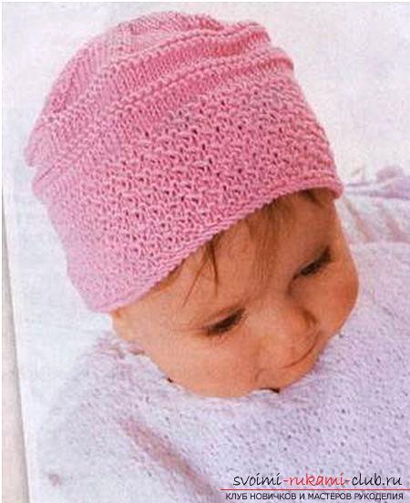 вязаная на спицах розовая шапочка для девочки. Фото №1