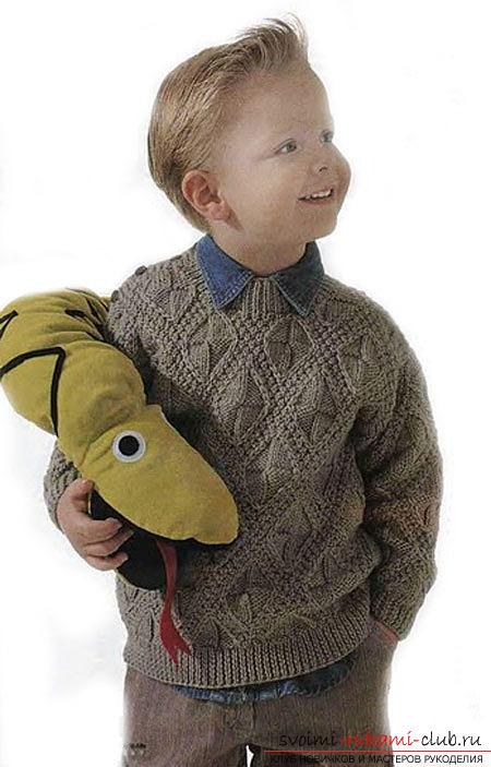 вязаный на спицах пуловер для