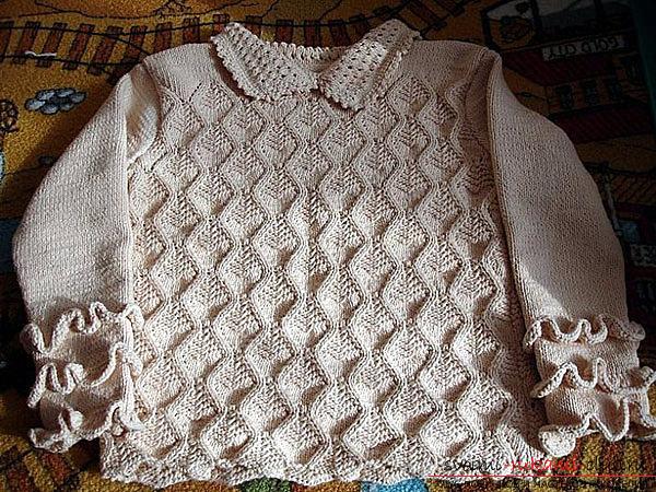 Вязание спицами ажурной кофточки для женщин с рюшами