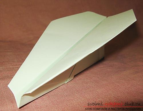 Чтобы сделать самолетик из бумаги, техника оригами, воспользуйтесь схемами и описанием