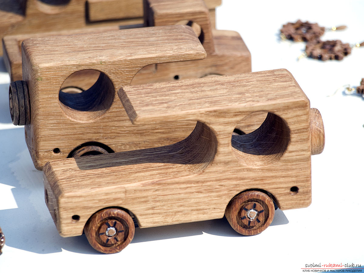 Технология создания деревянной машинки.</p> </div> <p> Игрушки своими руками и фото.. Фото №3″ width=»600″/> </p> <p>Кроме такой идеи, вы также можете реализовать и любую другую игрушку при помощи дерева.</p> <p> Очень правильно делать модули <strong>для будущей конструкции,</strong> таким образом — работа с материалом будет достаточно простой и удобной.</p> <p>Благодаря большому количеству разнообразных материалов, реализация вашей идеи не займет слишком много времени, а большое количество разнообразных и интересных решений можно будет выполнить при помощи дерева.</p> <p>Издавна считается, что игрушки, <strong>сделанные из дерева</strong> — будут очень прочными и удобными для использования. Они не ломаются так быстро, в отличии от своих пластиковых аналогов и их очень удобно починить.</p> <p> Поэтому, это весьма удобное решение для любого ребенка.</p> </div> <div class=
