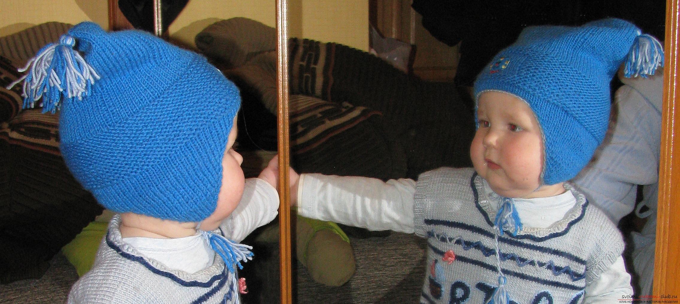 вязаная спицами шапочка с ушками для девочки. Фото №3