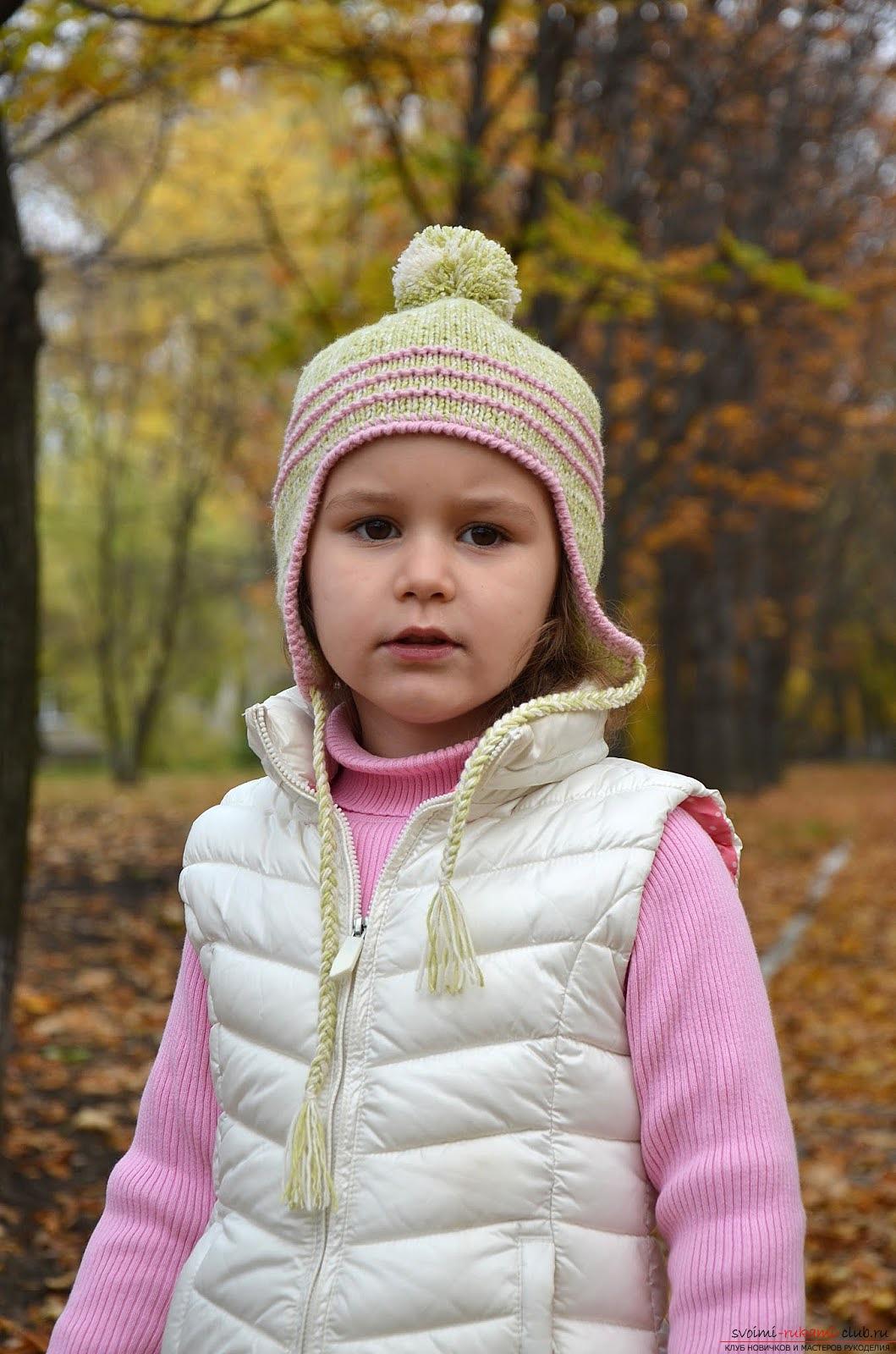 вязаная спицами шапочка с ушками для девочки. Фото №4