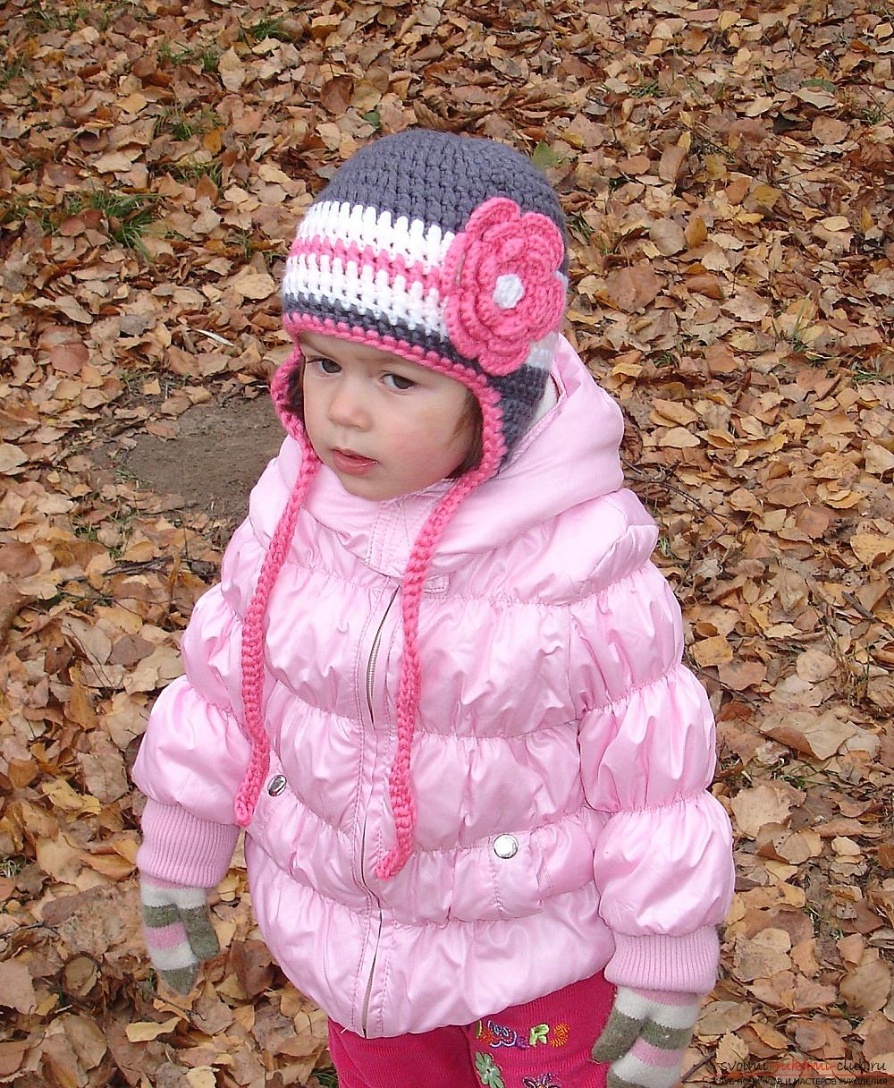 вязаная спицами шапочка с ушками для девочки. Фото №5
