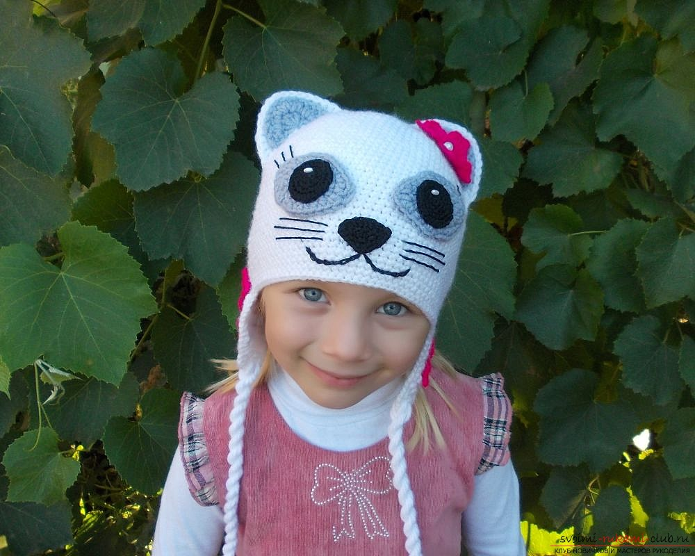 вязаная спицами шапочка с ушками для девочки. Фото №2