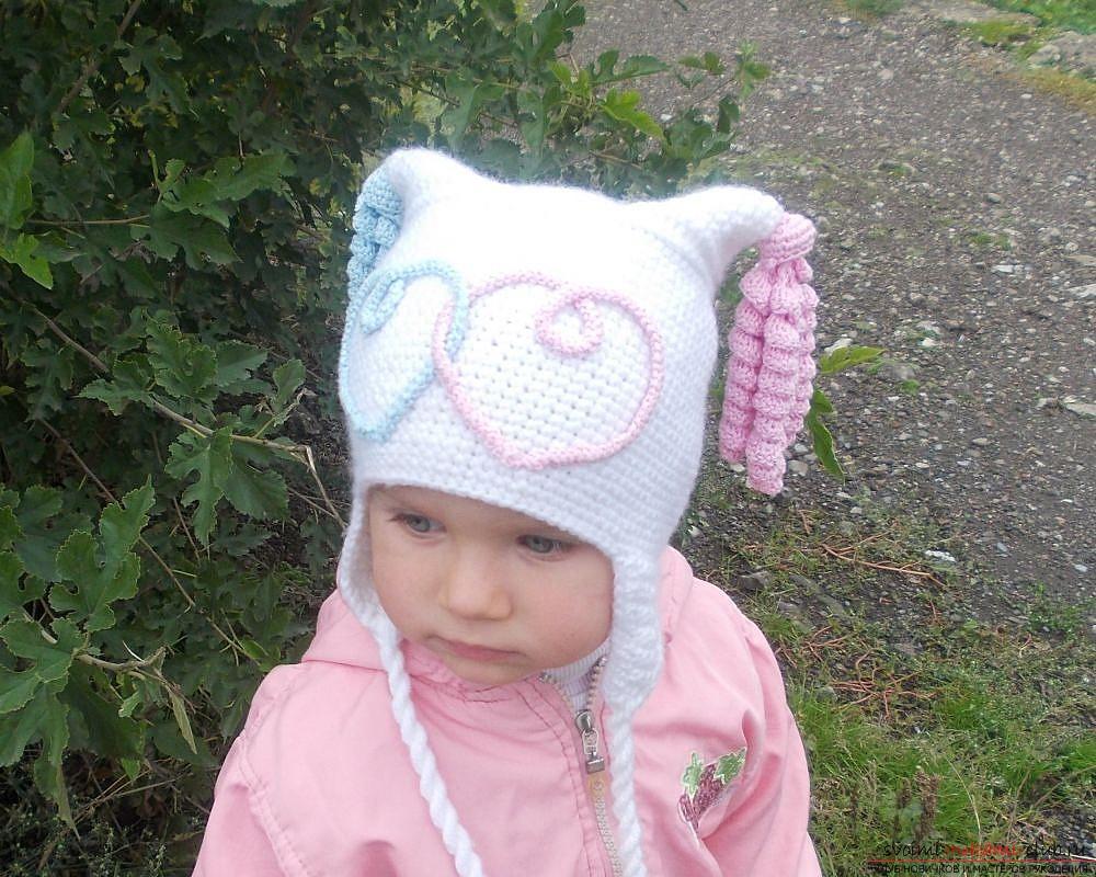вязаная спицами шапочка с ушками для девочки. Фото №1