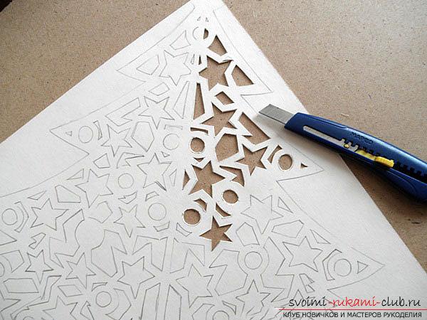 фото примеры процесса изготовления ажурной ёлочки из бумаги. Фото №4