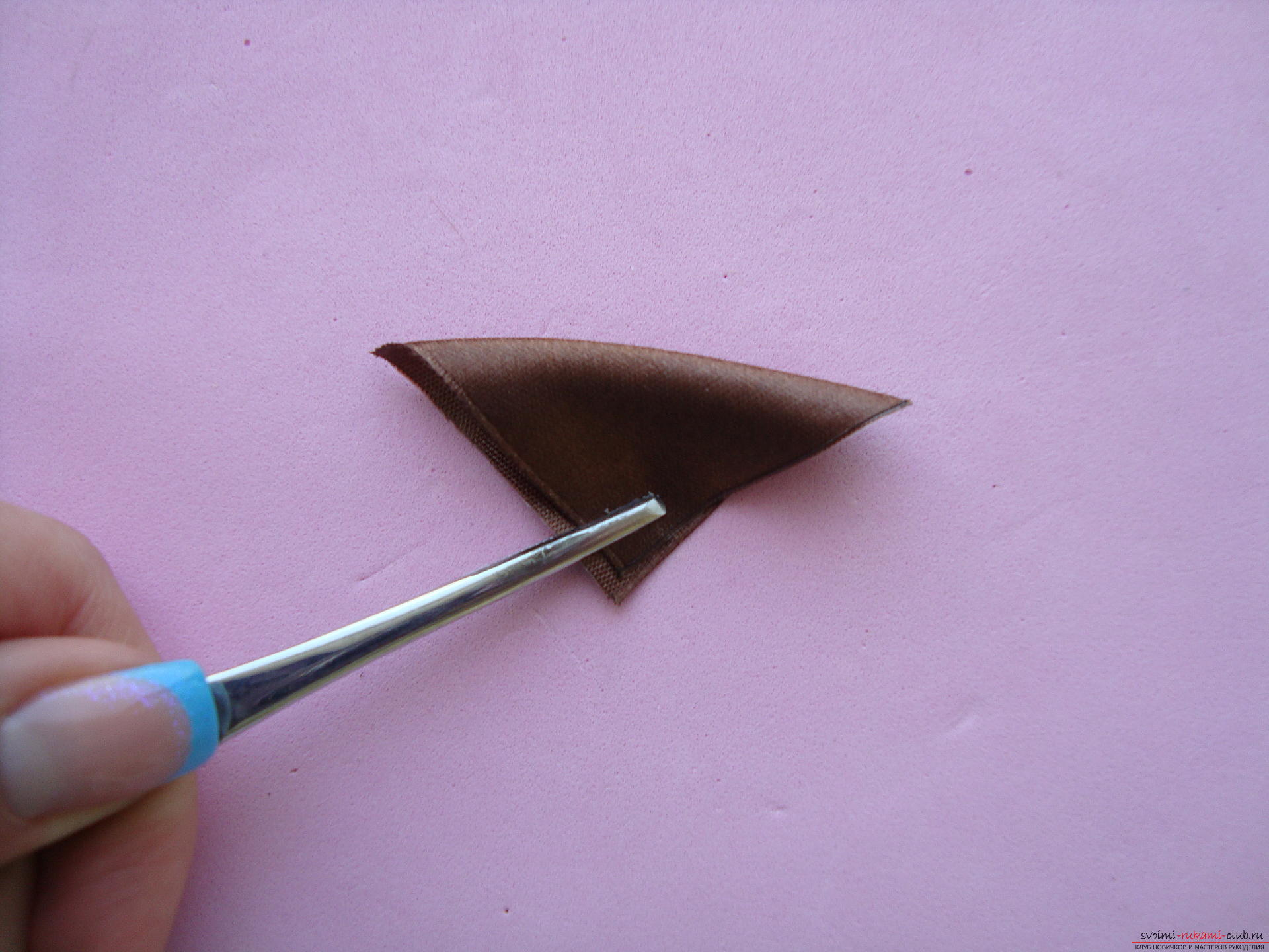 Пошаговая фото-инструкция по изготовлению бантиков с цветами в технике канзаши. Фото №9
