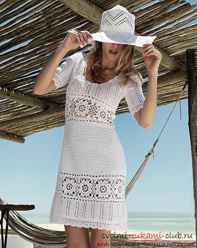 Белое коктейльное платье, связанное крючком. Фото №8
