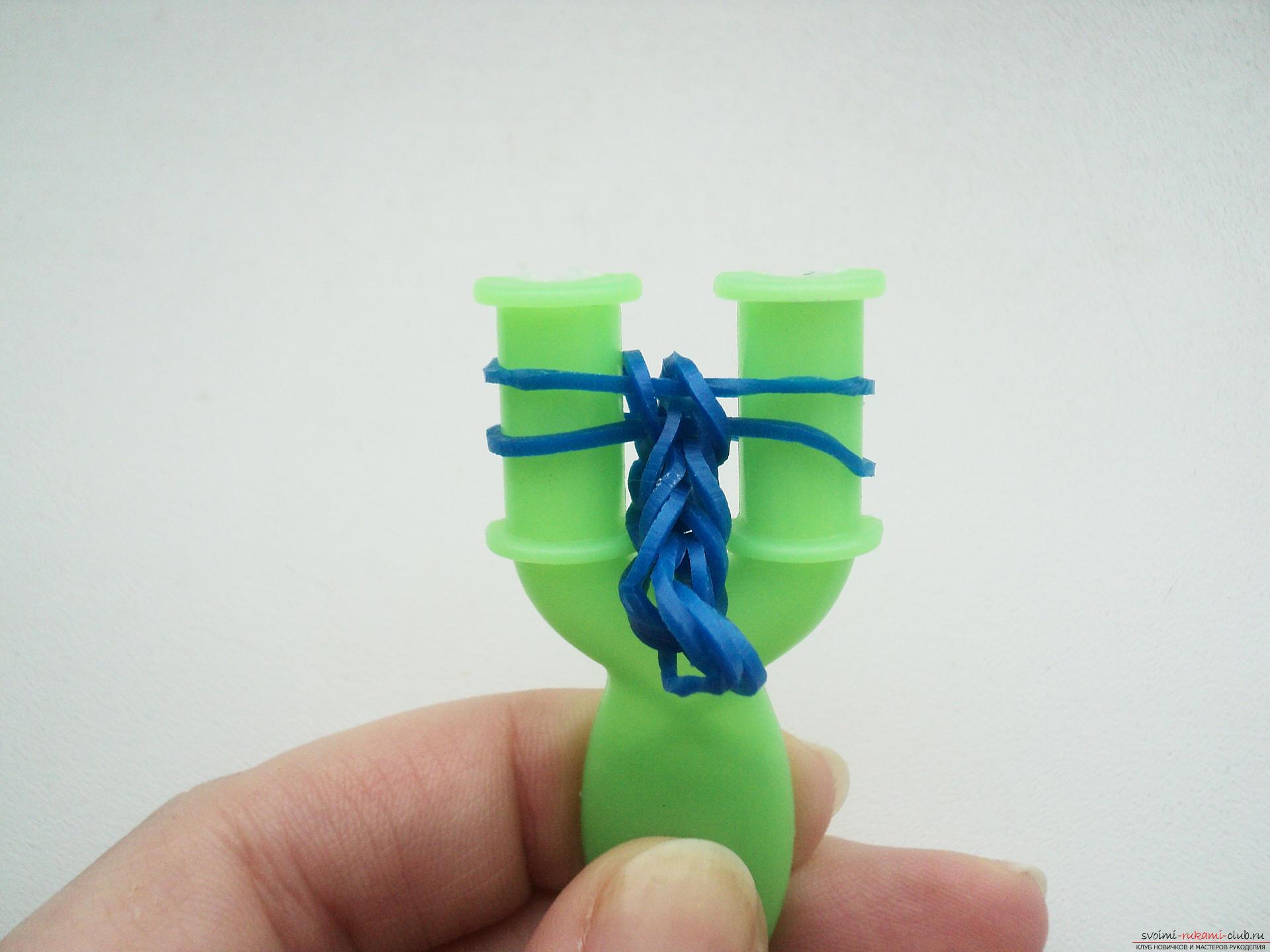 Этот подробный мастер-класс плетения из резиноччек на рогатке с описанием и фото расскажет как связать браслет из резиночек.
