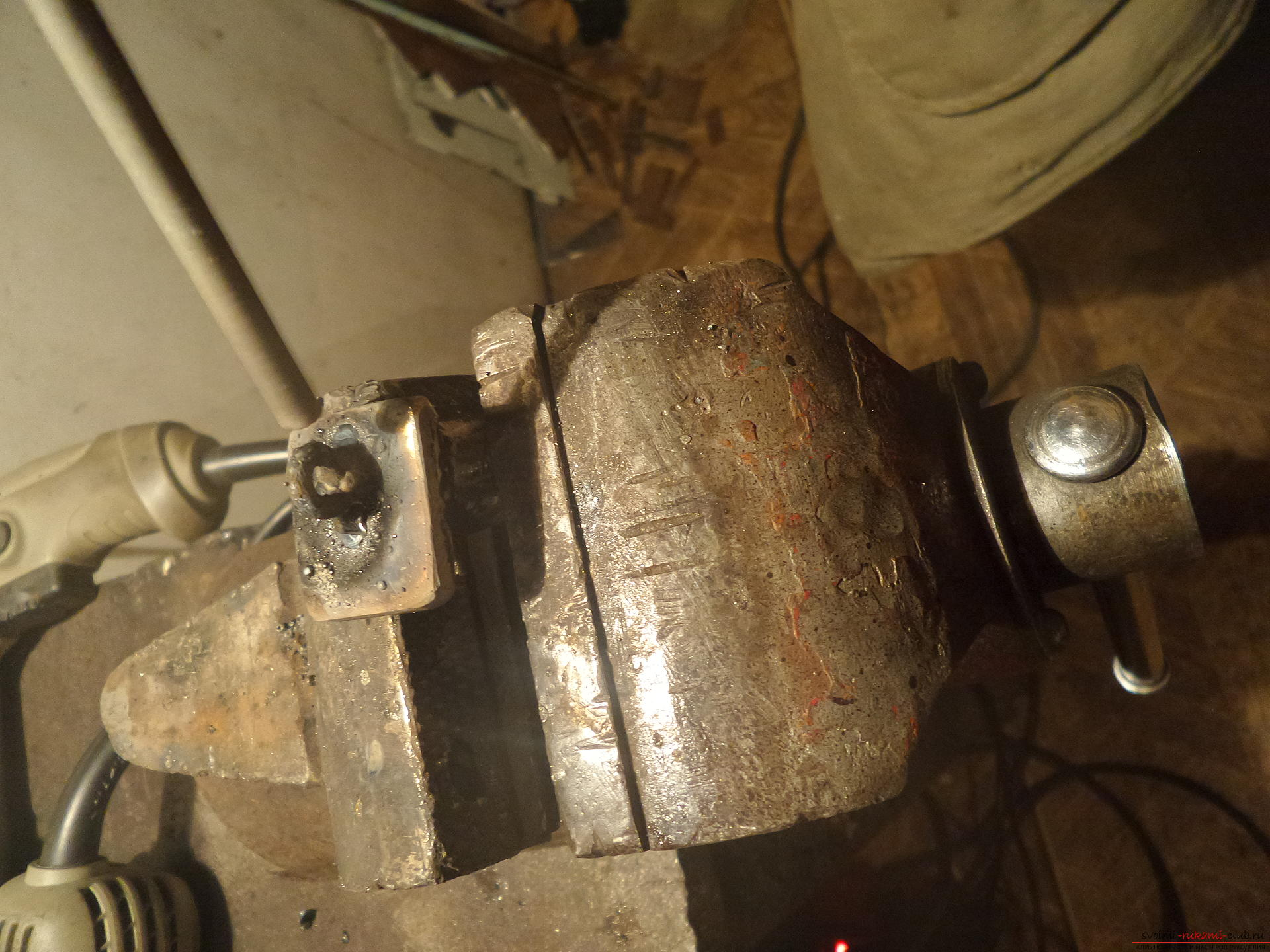 Этот мастер-класс научит как своими руками сделать необычный брелок для ключей - железный скворечник. Фото №27
