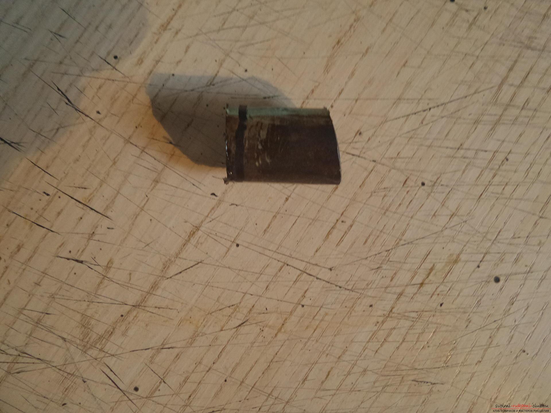 Этот мастер-класс научит как своими руками сделать необычный брелок для ключей - железный скворечник. Фото №3