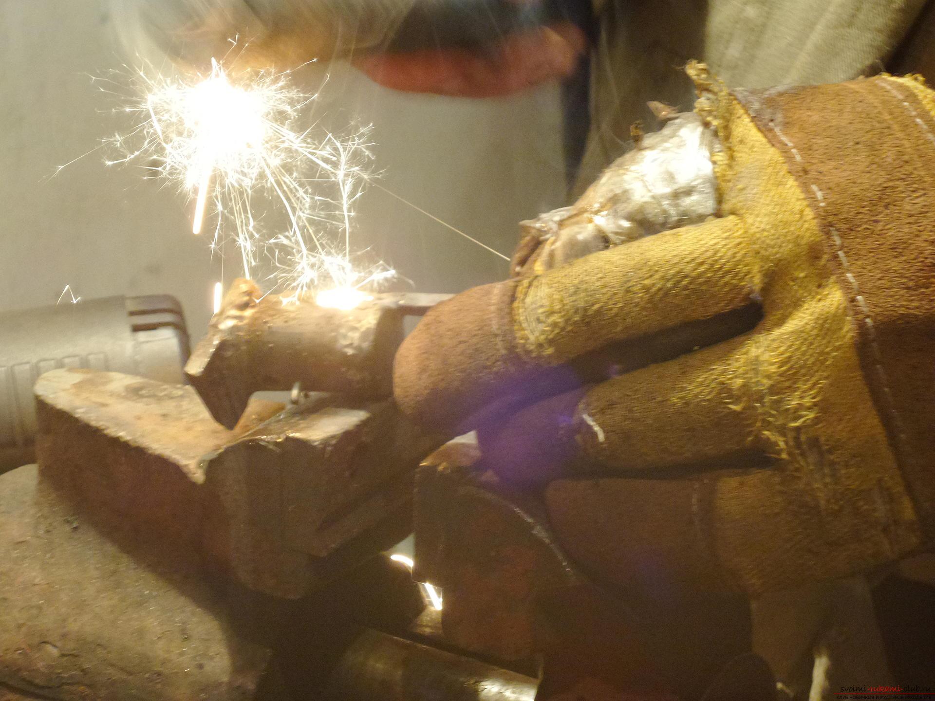 Этот мастер-класс научит как своими руками сделать необычный брелок для ключей - железный скворечник. Фото №23