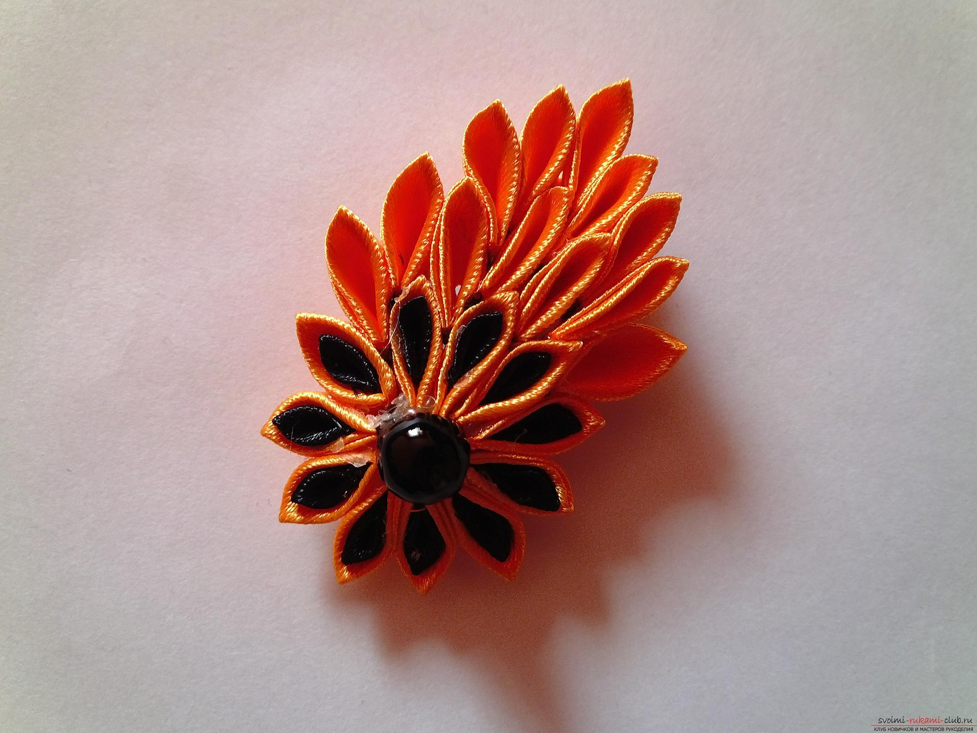 Этот мастер-класс научит как сделать брошь из георгиевской ленты, оригинально украсят которую цветы канзаши.. Фото №13