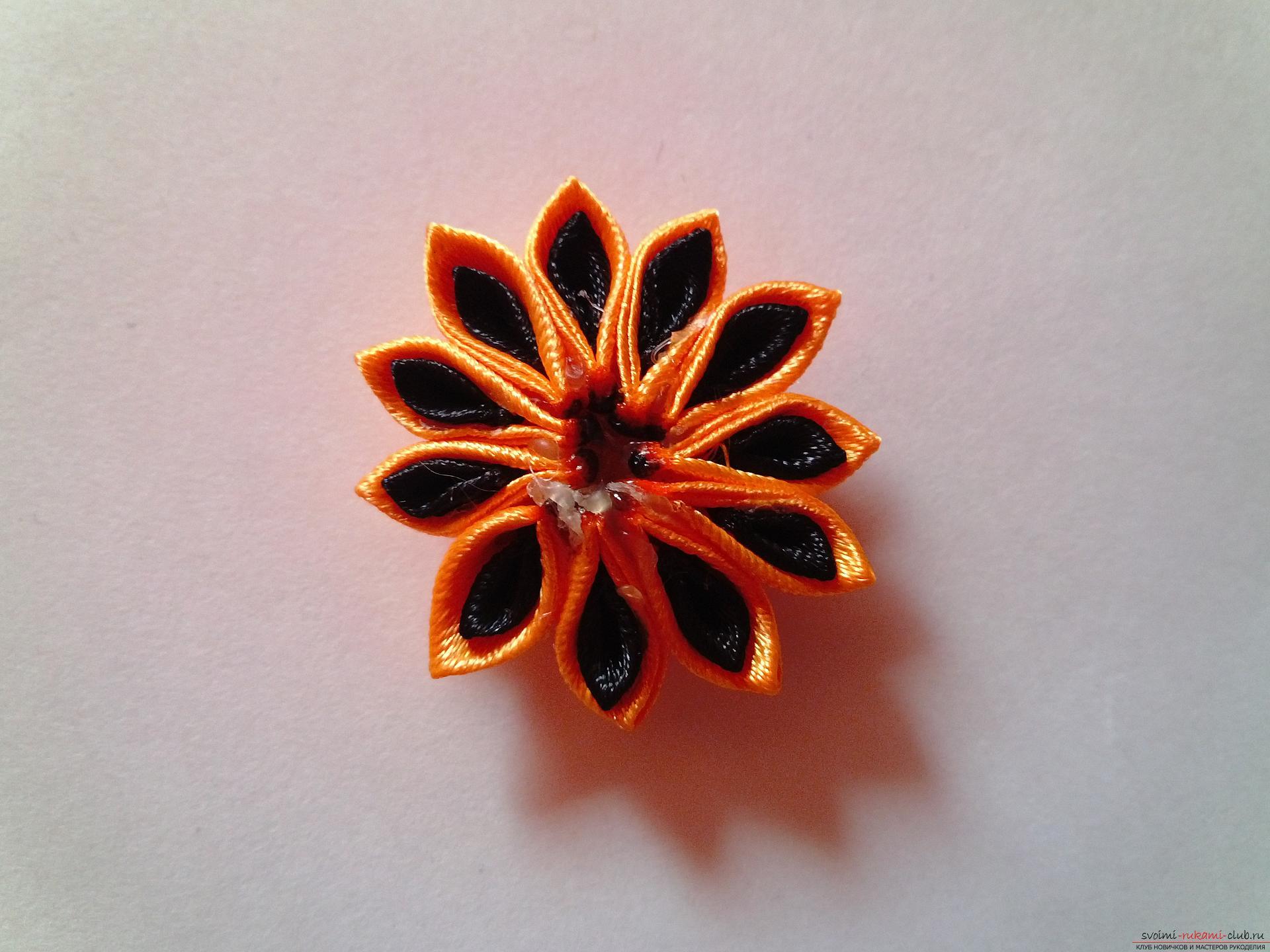 Этот мастер-класс научит как сделать брошь из георгиевской ленты, оригинально украсят которую цветы канзаши.. Фото №10