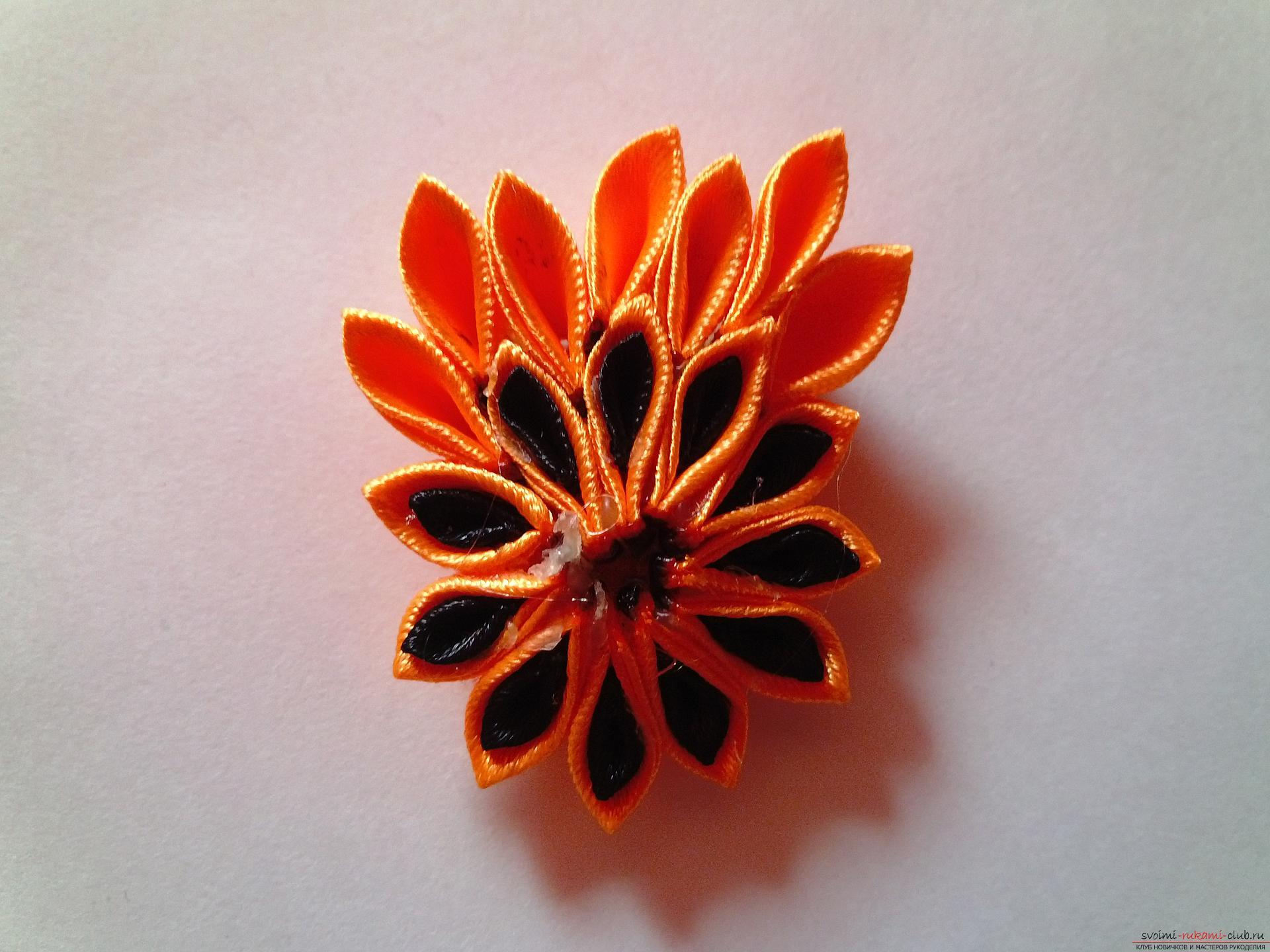 Этот мастер-класс научит как сделать брошь из георгиевской ленты, оригинально украсят которую цветы канзаши.. Фото №12