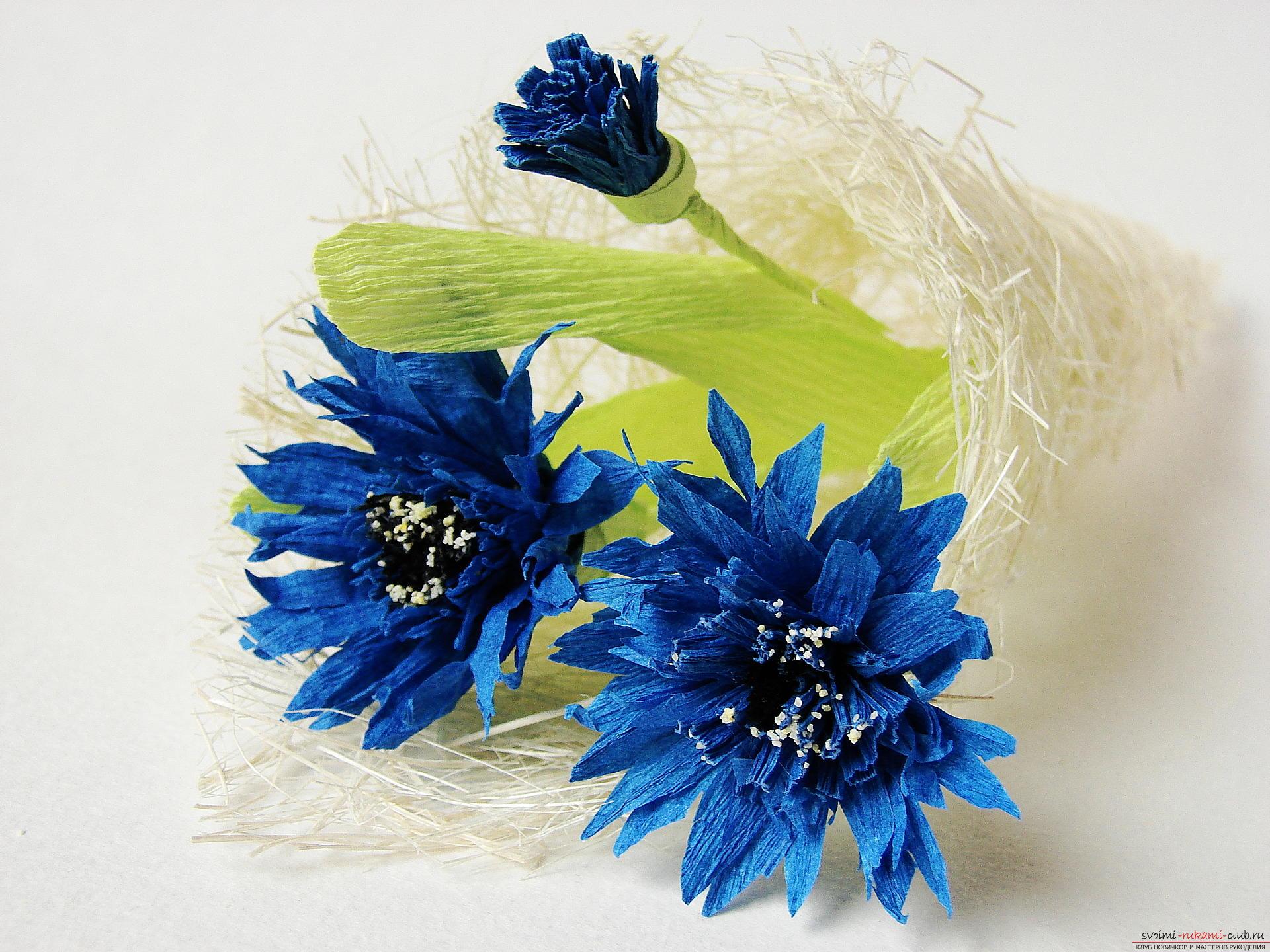 Смастерим васильки своими руками. Наш мастер-класс с фото подробно описывает как создать эти цветы из гофрированной бумаги.. Фото №36