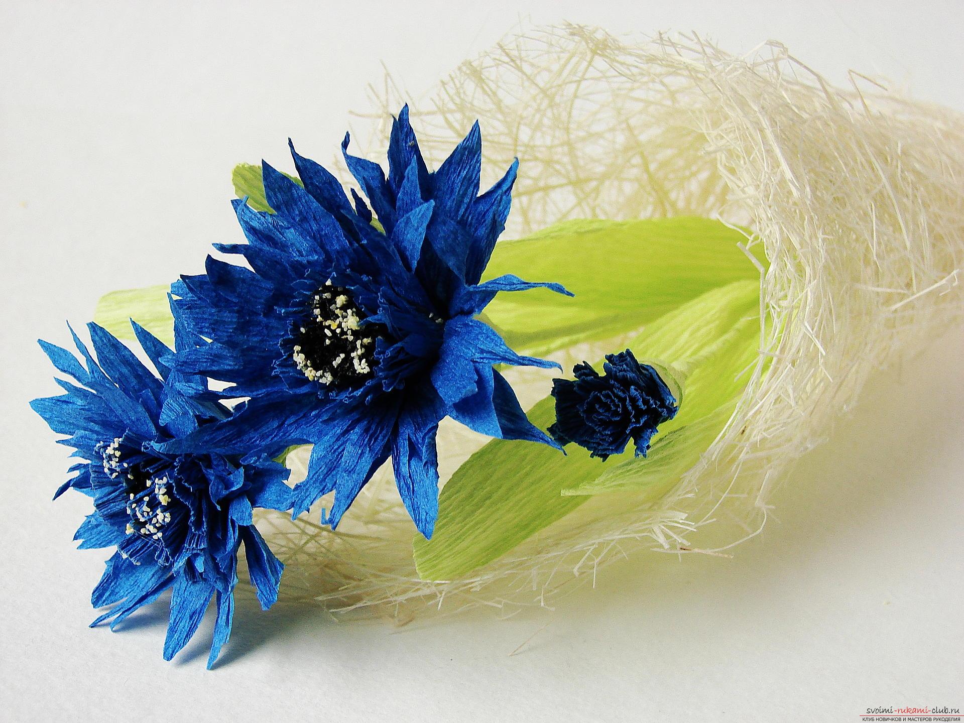 Смастерим васильки своими руками. Наш мастер-класс с фото подробно описывает как создать эти цветы из гофрированной бумаги.. Фото №31